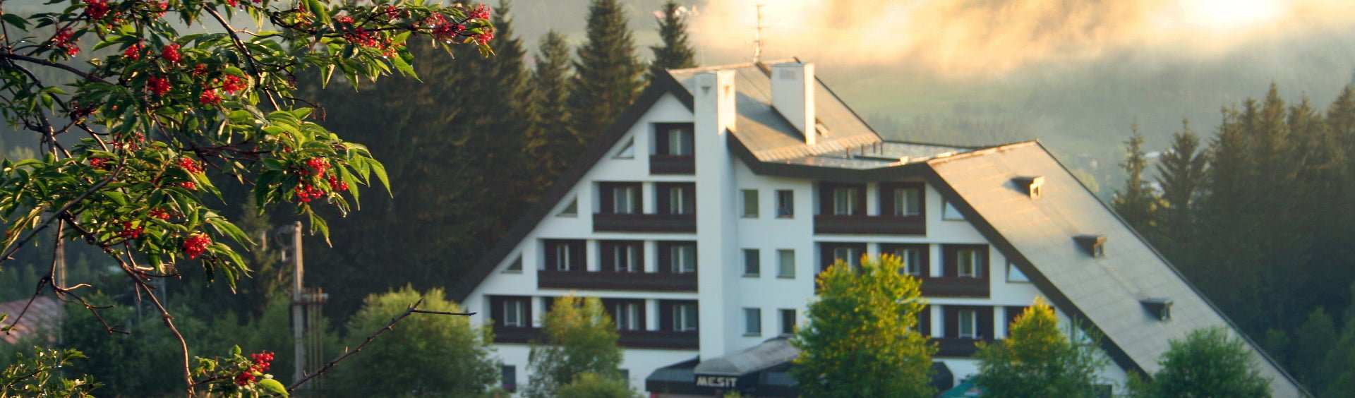 Hotel Mesit v létě po dešti