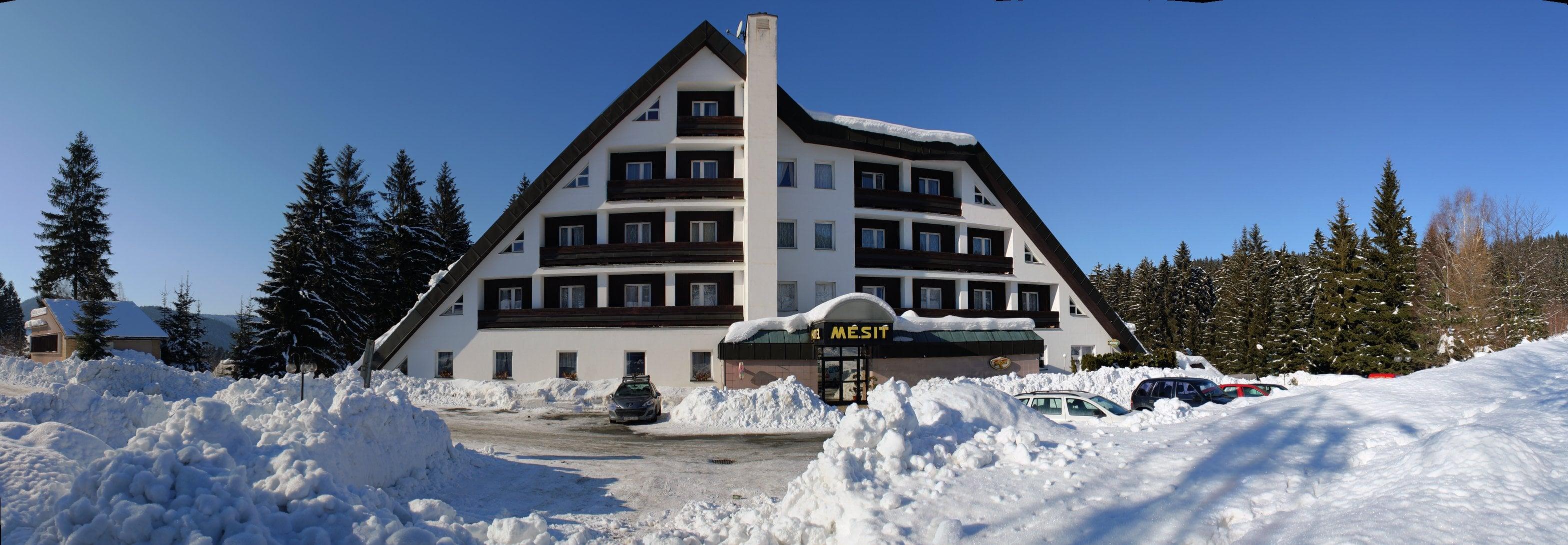 Čelní pohled na hotel Mesit